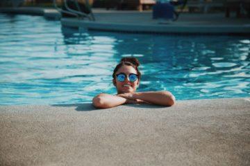 Frau am Pool Bild
