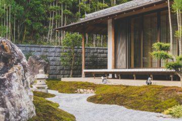 Garten mit Steinwand