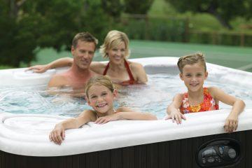 Familie im aufblasbaren Intex Whirlpool