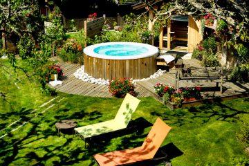 Whirlpool Outdoor in einem großen Garten mit Liegen
