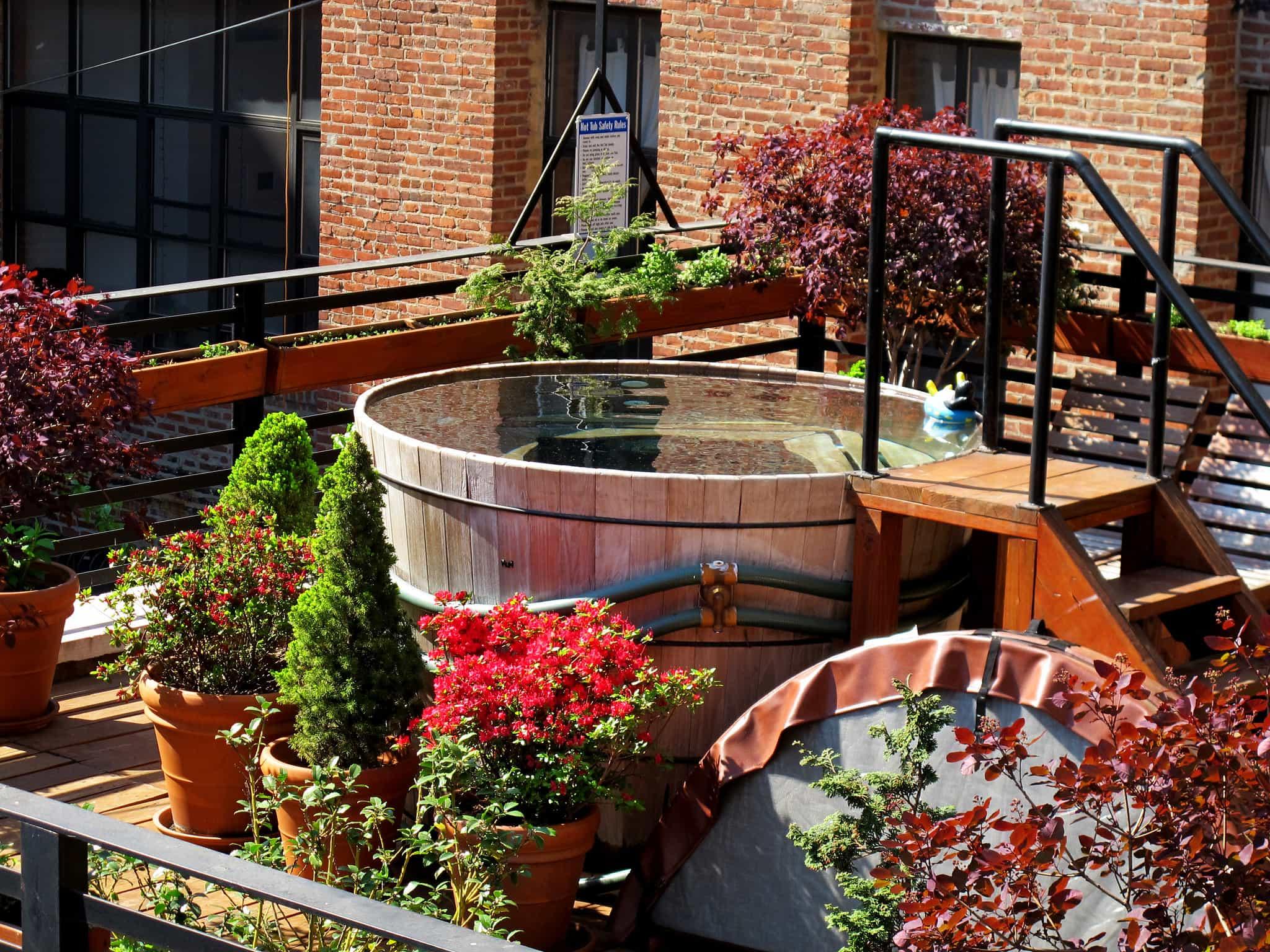 Whirlpool in Dachgarten, eingebettet mit Blumen