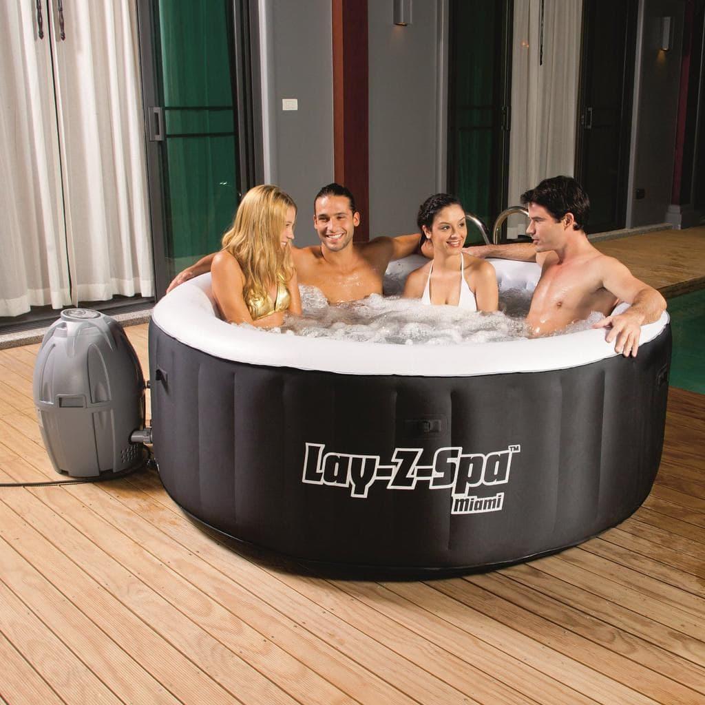 4 Personen in einem Lay Z Spa Miami Whirlpool