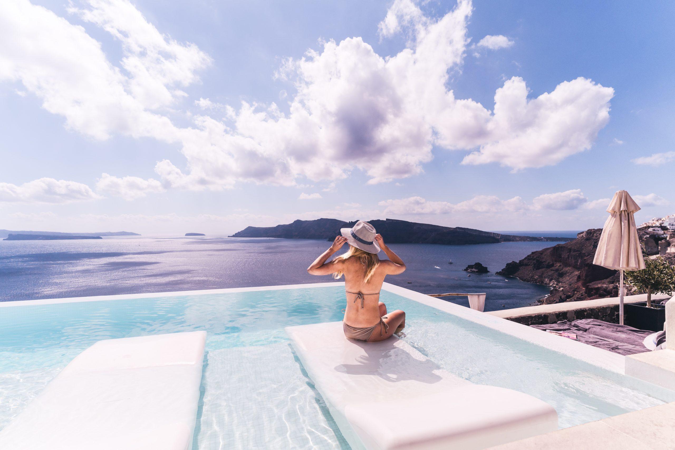 Frau in einem Whirlpool auf einem Balkon, einer Terrace